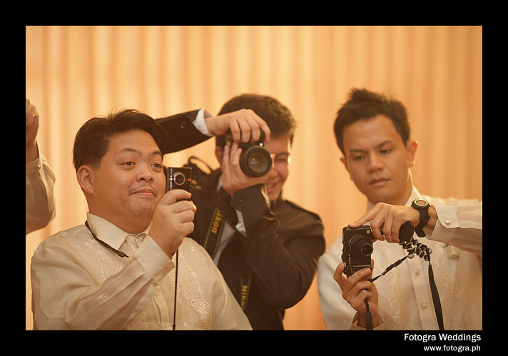 Want to spot a blogger in a wedding? Take a look at this photo :P