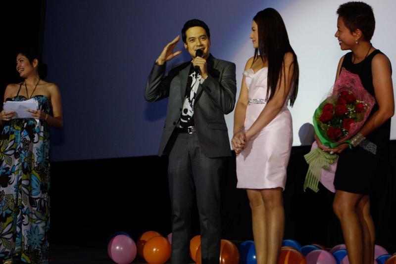 John Lloyd Cruz unconsciously does the 'Ingat' pose at MYLC's Movie Premiere Night